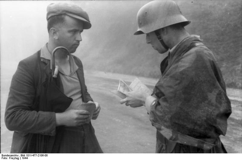 Bundesarchiv Bild 101I-477-2106-08, Bei Mailand, Soldat Zivilisten kontrollierend