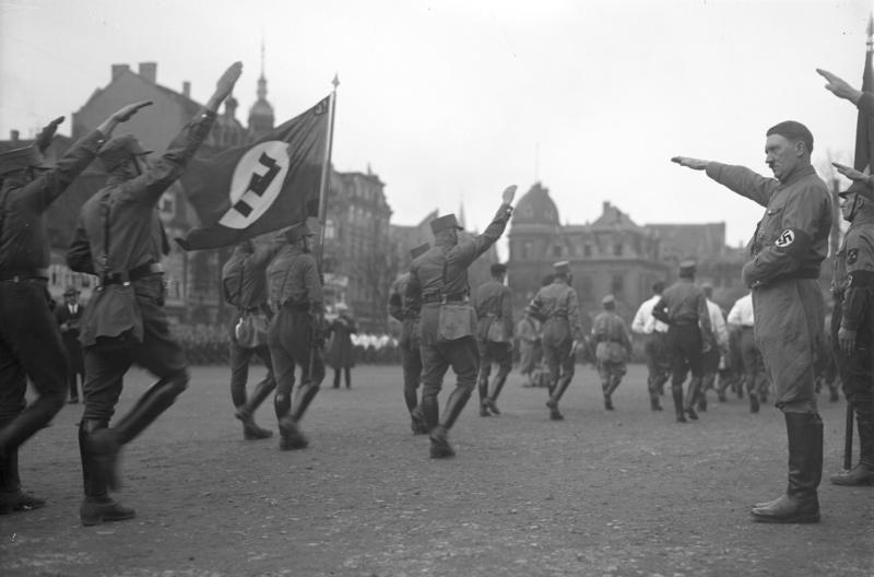 Bundesarchiv Bild 102-13378, Braunschweig, Hitler bei Marsch der SA
