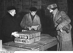 Phân phát các thùng hàng của CARE tại Berlin năm 1947