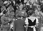 Bundesarchiv Bild 183-L0901-0202, XX. Olympiade, DDR-Turnerinnen, Karin Janz, Goldmedaille.jpg