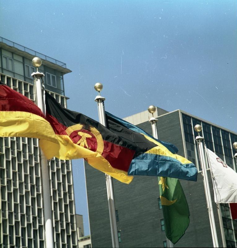 Bundesarchiv Bild 183-M0925-406, New York, Fahnen vor dem UNO-Gebäude