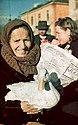 Bundesarchiv N 1603 Bild-158, Sofia, Markt, alte Frau mit Gans.jpg