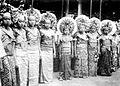 COLLECTIE TROPENMUSEUM Balinese jonge vrouwen in feesttooi ter gelegenheid van het bezoek van G.G. Fock aan Bali TMnr 10005108.jpg
