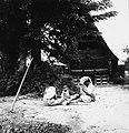COLLECTIE TROPENMUSEUM Vrouwen met een peuter zitten voor een adathuis TMnr 20000155.jpg