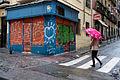 Caminando bajo la lluvia (11003157176).jpg