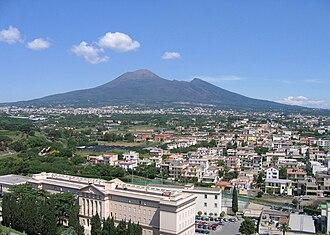 Pompei - Image: Campanile Pompei 08 Vs Vesuvio
