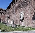 Castello Sforzesco - Particolare all'interno mura - Stemma in bassorilievo sulla parete.jpg