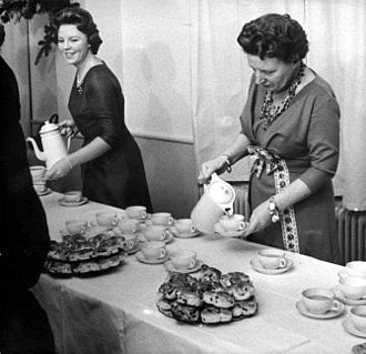 Beatrix of the Netherlands - Princess Beatrix and Queen Juliana in 1960