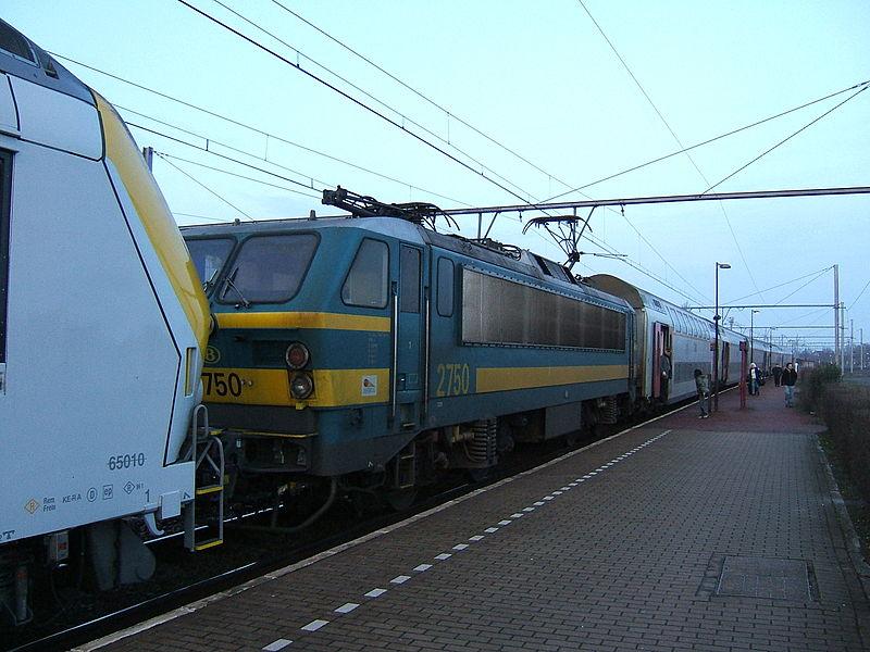 Class 27 mid-train in Landen