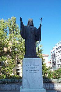 Ο ανδριάντας του Αρχιεπισκόπου Δαμασκηνού στο προαύλιο της Μητρόπολης Αθηνών