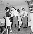 Dansende gasten tijdens een feestje in huiselijke kring, Bestanddeelnr 255-4335.jpg