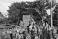 De Spelbrekers en Truss Kooopman en een groep militairen poseren bij een afbeeld, Bestanddeelnr 480-2-6.jpg