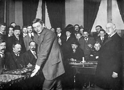 De wereldkampioen in het dammen Herman Hoogland Jr bij het simultaanspel 1912.jpg