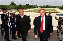 Marco Minniti insieme al Vice Segretario alla Difesa degli Stati Uniti Rudy de Leon nel 2000.
