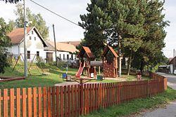 Drahonín - dětské hřiště na návsi.jpg