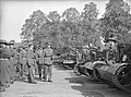 Driejarig bestaan Regiment Stoottroepen. Een kolonel inspecteert de troepen. Een, Bestanddeelnr 902-3613.jpg