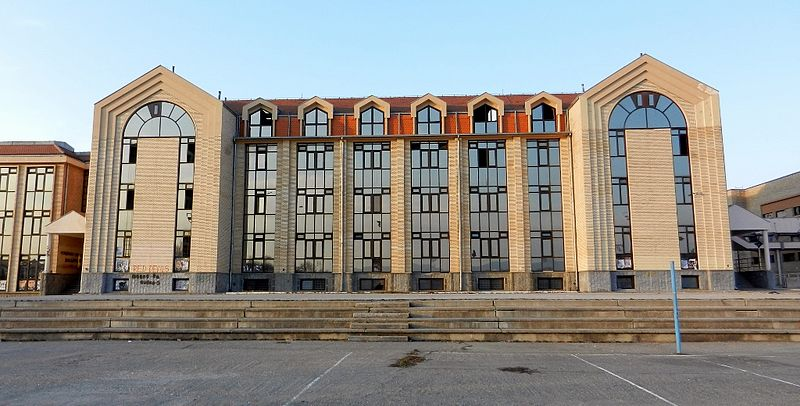 Датотека:Druga Gimnazija Kragujevac - Veroljub Atanasijevic Arhitect 1997, detail of the facade, rear facade.jpg