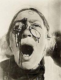 """Due esempi di """"cine-pugno"""": primi piani della madre straziata e della signora colpita"""