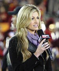 Erin Andrews hält ein Mikrofon in der Hand, während sie spricht