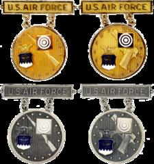Antiguas insignias EIC de la escuela primaria de oro y plata de la USAF.png