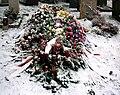 Frische Grabstaette mit Rosengestecken.JPG