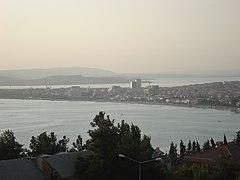 Büyükçekmece Gölü - Büyükçekmece Gölü (arka plandaki su kütlesi) ile Marmara Denizi'nin (ön plandaki su kütlesi) kesiştiği noktada bulunan Büyükçekmece ilçesinin Gürpınar'dan görünümü