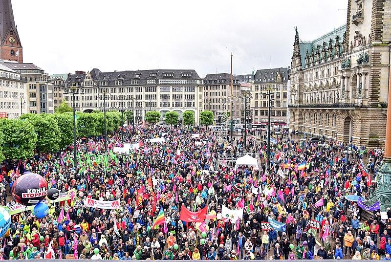 Datei:G20-Protestwelle Hamburg Rathausplatz 03.jpg