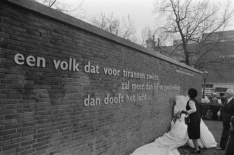 File:Gedenkplaat onthuld gewijd aan koningin Juliana van Randwijck op Weteringcircuit, Bestanddeelnr 923-4900.jpg