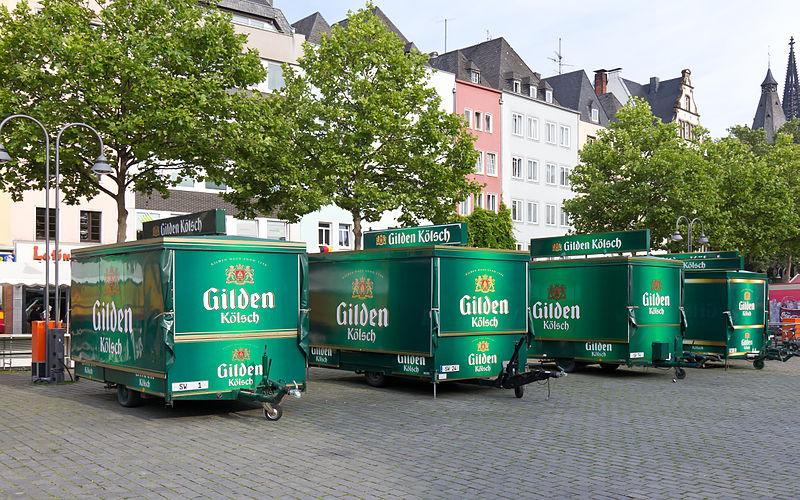 File:Gilden Kölsch-Getränkestände auf dem Heumarkt, Köln-4888.jpg