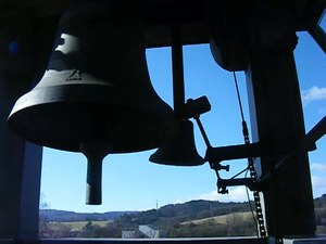 File:Glockenturm Villa Haas mit Stunden und Viertelstunden Schlag.webm