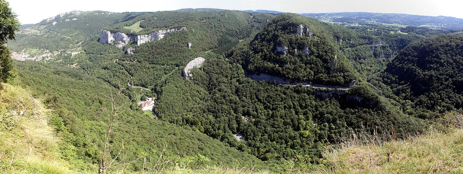Vue des gorges de Noailles depuis le belvédère de Renédale (Doubs).Assemblage de 3 images avec Hugin.