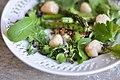 Grillede asparges, smørristede kammuslinger, rugbrødscrumble, urtecreme og friske skud (9050605588).jpg