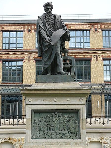 Statue en bronze dans la cour des anciens bâtiments de l'Imprimerie Nationale, Paris 15e arrondissement.