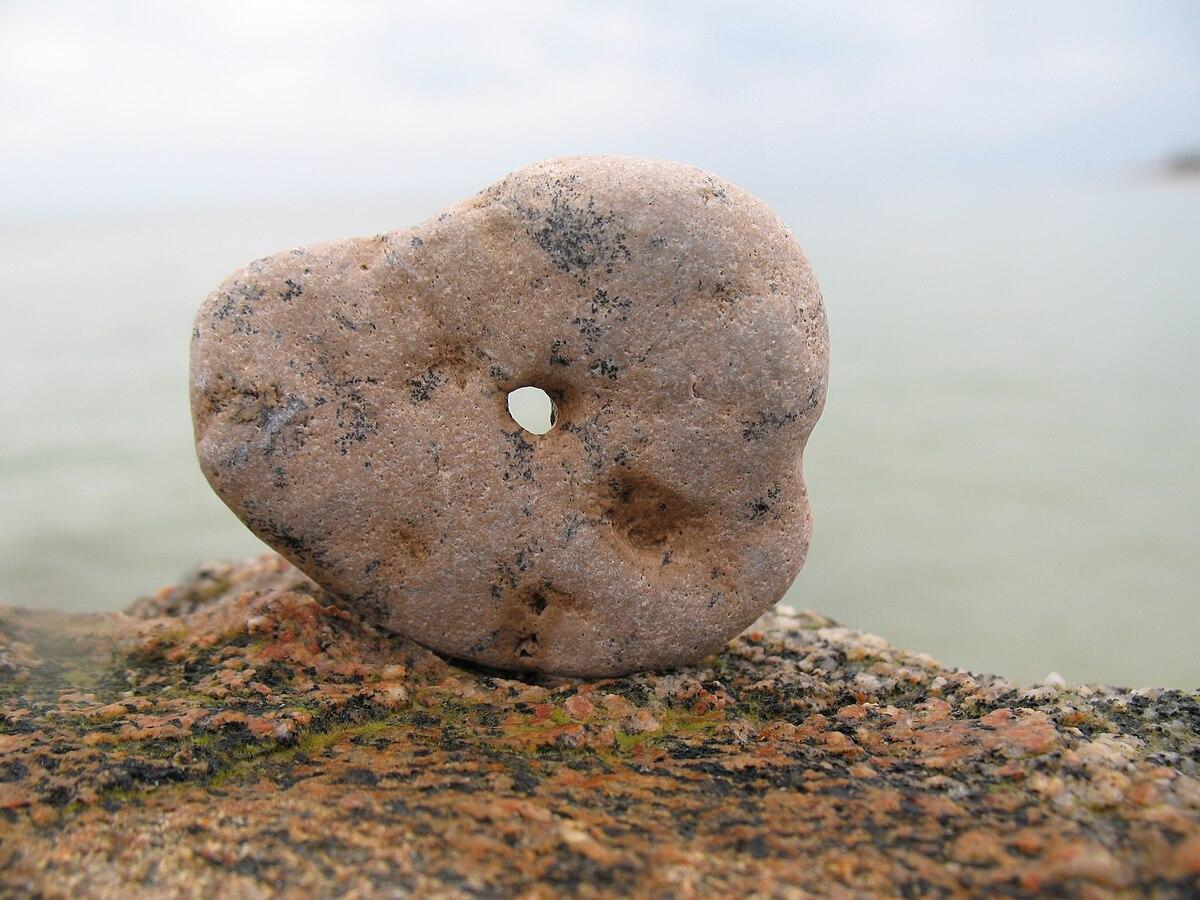 Камни с дырками по середине