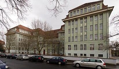 So kommt man zu Hans-Erlwein-Gymnasium mit den Öffentlichen - Mehr zum Ort Hier