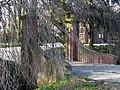 Hazerswoude-Dorp, Algemene Begraafplaats - noordelijke brug & hek.JPG