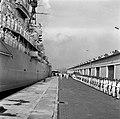 Het koninklijk paar loopt op de kade van de haven van Willemstad langs de erewac, Bestanddeelnr 252-3561.jpg