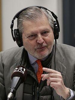 Iñigo Méndez de Vigo visita la radio escuela municipal M21 - 02 (cropped).jpg