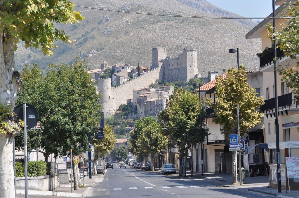 Castello di Itri (Di Ra Boe / Wikipedia, CC BY-SA 3.0 de, https://commons.wikimedia.org/w/index.php?curid=24348883)