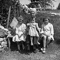 Ivana Gruden z vnukinjami, Vojsko 1959.jpg