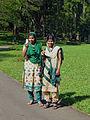 Jeunes filles au Jardin botanique de Kandy.jpg