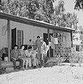 Kibboets Nir Elyahu. Kibboetsbewoners op de veranda van een huis gezellig bijeen, Bestanddeelnr 255-3722.jpg
