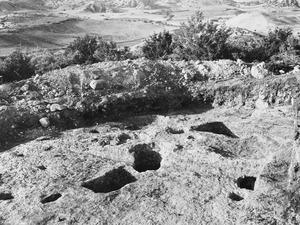 Kultplatsen under grav 1 från öster. Paleoskoutella - SMVK - C01404.tif