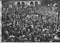 La foule place de l'Opéra - Paris 09 - Médiathèque de l'architecture et du patrimoine - APZ0008228.jpg