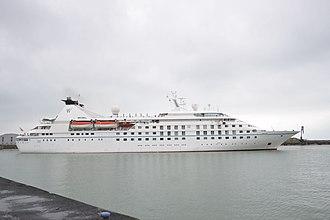 Star Legend (ship) - Image: Le paquebot de croisière MS Star Legend (1)