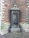 """Pomp tegen N. dwarspand van de Hooglandse Kerk van hardsteen. Bekroond door burcht met het opschrift """""""