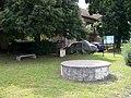 Libčice nad Vltavou-Chýnov, studna a křížek.jpg