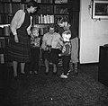 Lis Groes met 4 van haar kinderen, vermoedelijk v.l.n.r. Mette, Thyge, Eske en U, Bestanddeelnr 252-8999.jpg