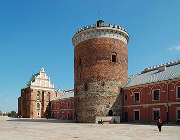 Polski: Dziedziniec zamkowy - kaplica Trójcy Świętej i donżon z XIII wieku
