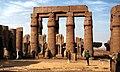 Luxor-Tempel-14-Hof Ramses' II-Saeulen-1982-gje.jpg
